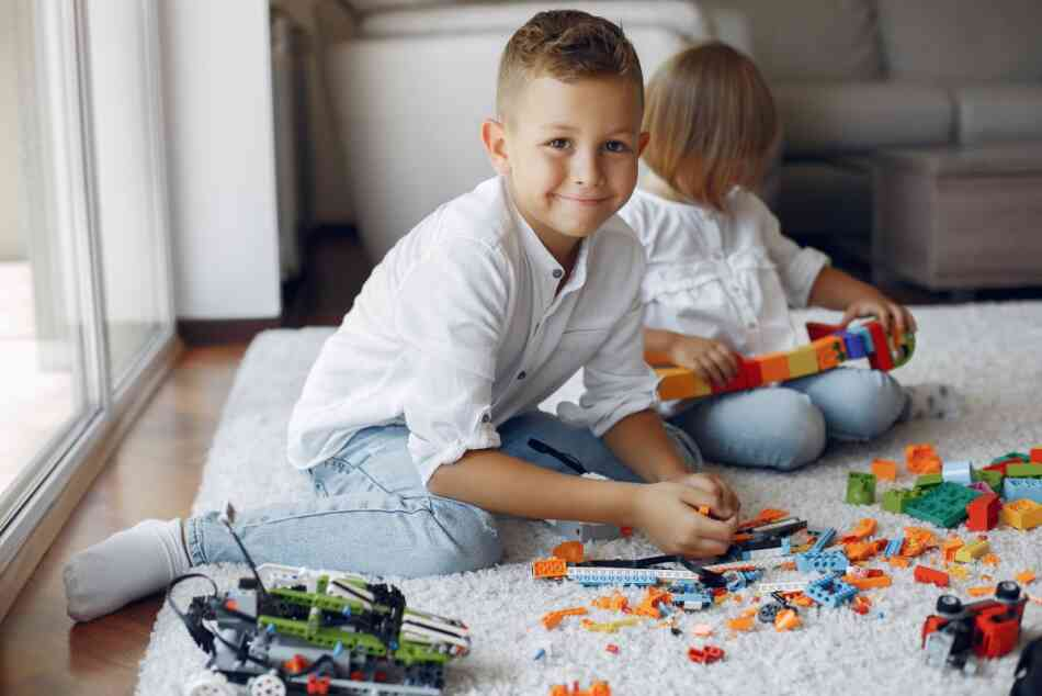 kids play with LEGOs