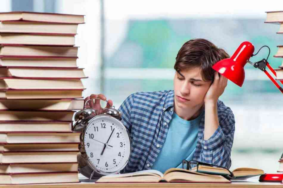 Teaching time management to teens doesn't have to be stressful. There are many different ways you can help your teenager get better at effective time management.