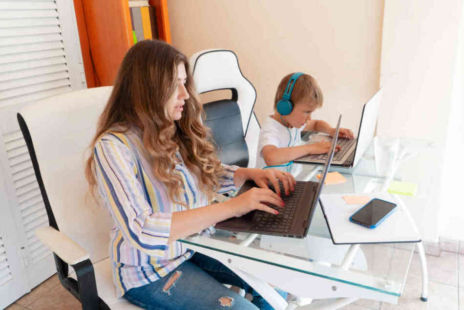 single mom on childcare duty looking for jobs online