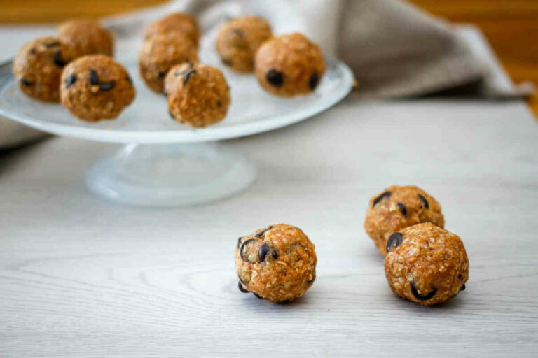 Oats, almonds and peanut butter bites